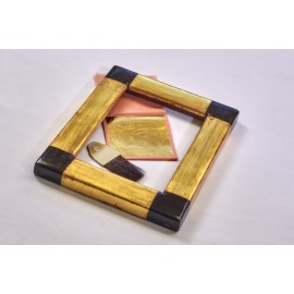 cornice artigiana dorata in foglia oro zecchino e laccata di nero agli angoli sagoma piatta