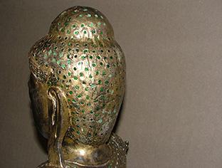 Restauro statua antica di Buddha